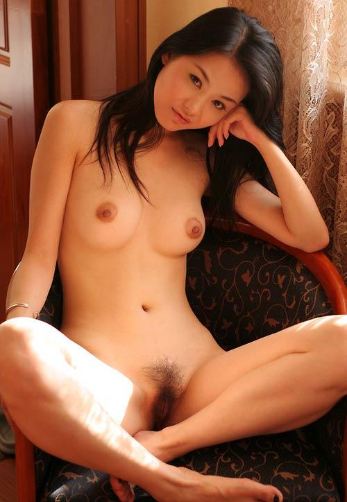 Belle cambodgienne nue à chatte poilue