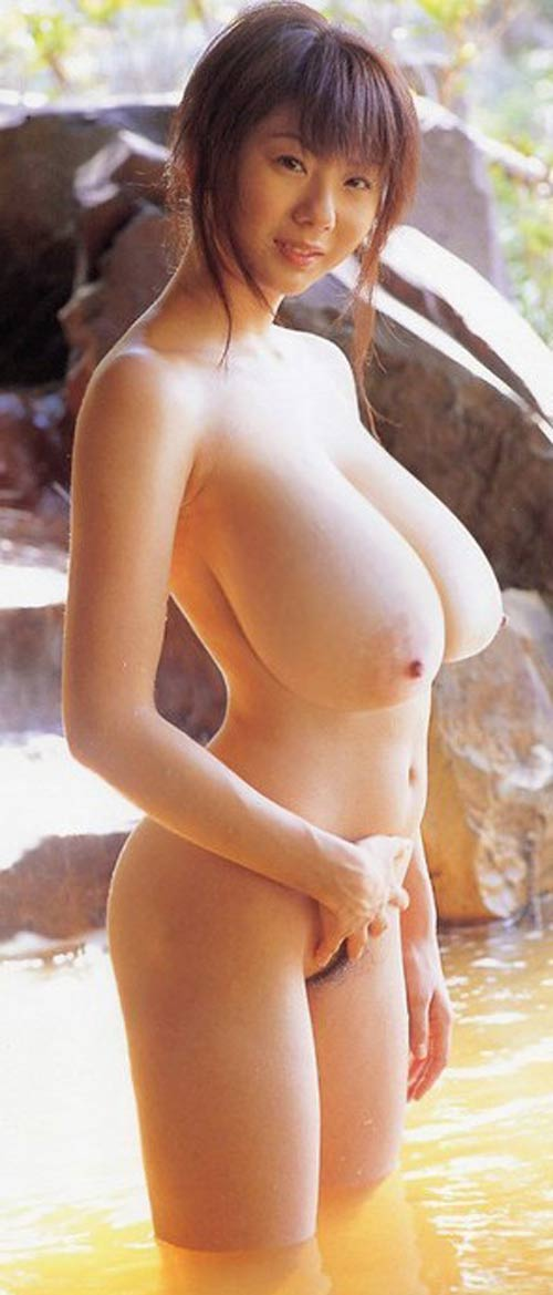 Gros seins disproportionnellement larges de chinoise