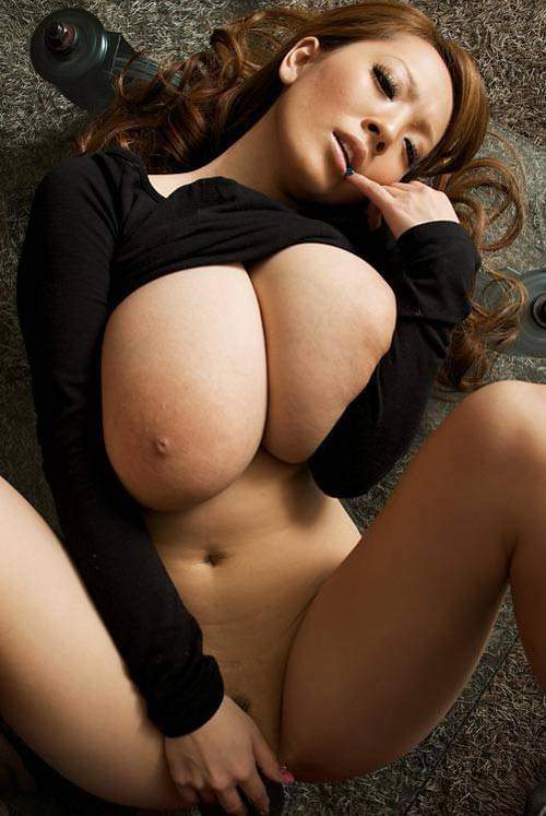 Japonaise rousse aux seins démesurés gode sa chatte