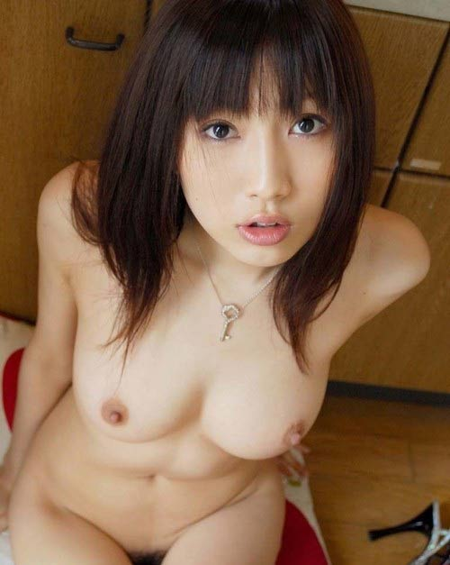 Babe japonaise nue au regard étonné