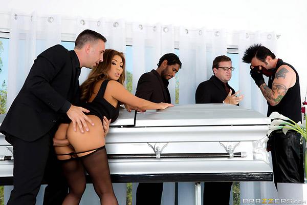 Akira Lane, veuve japonaise baisée aux funérailles de son mari