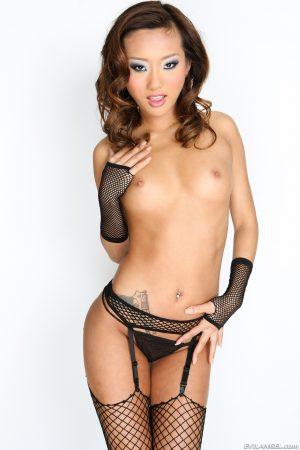 Alina Li porte jarretelle noir