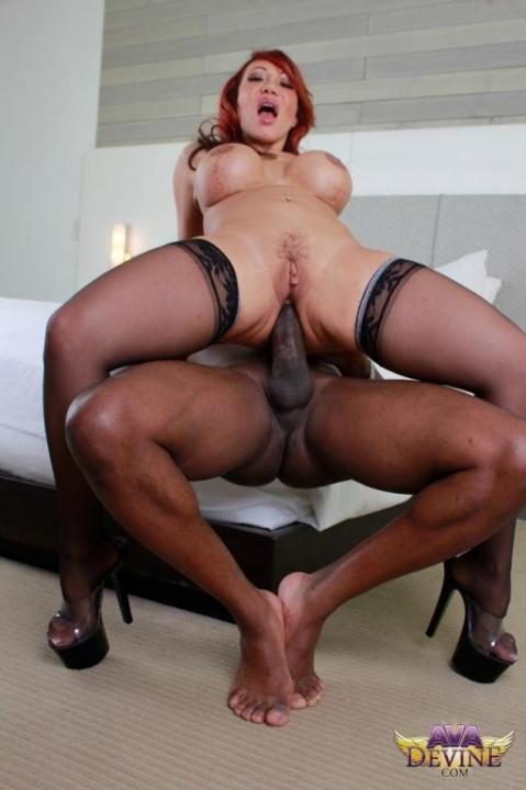 Ava Devine en rousse baise interraciale