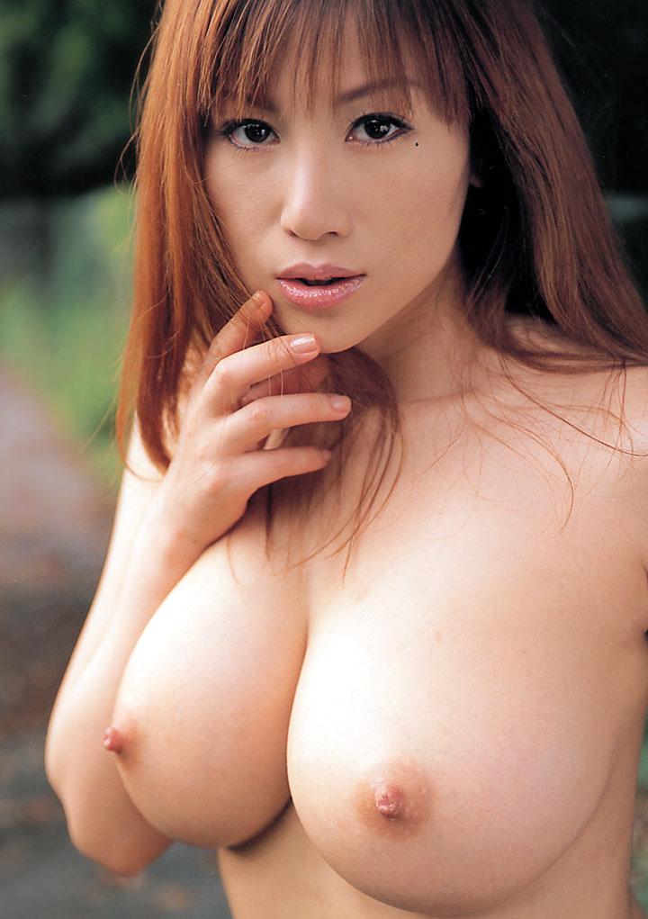 Beauté asiatique rousse à franges et gros seins