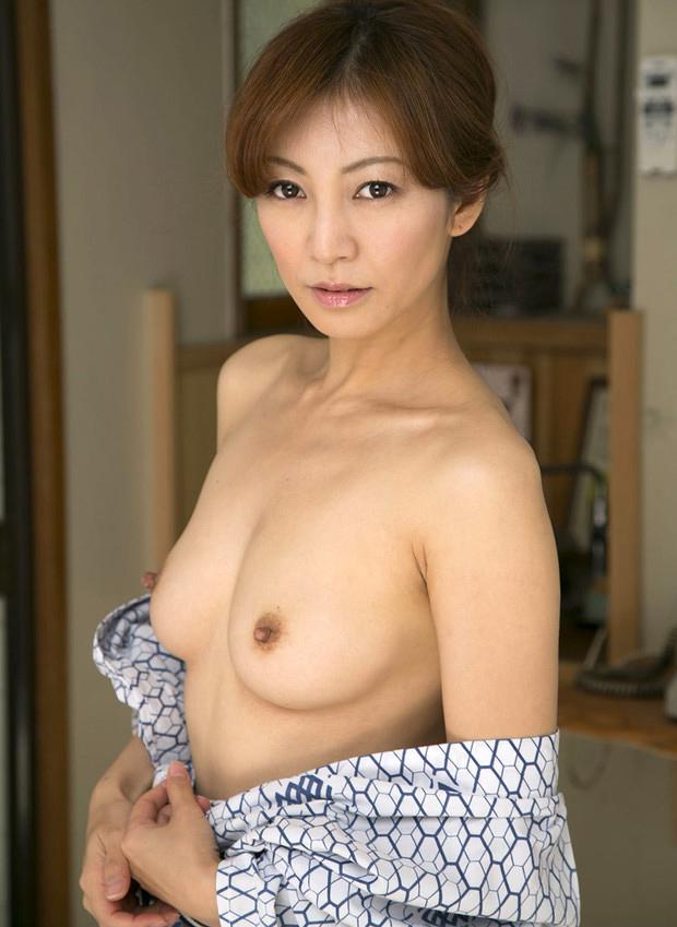 Belle mature japonaise aux seins nus d'Osaka