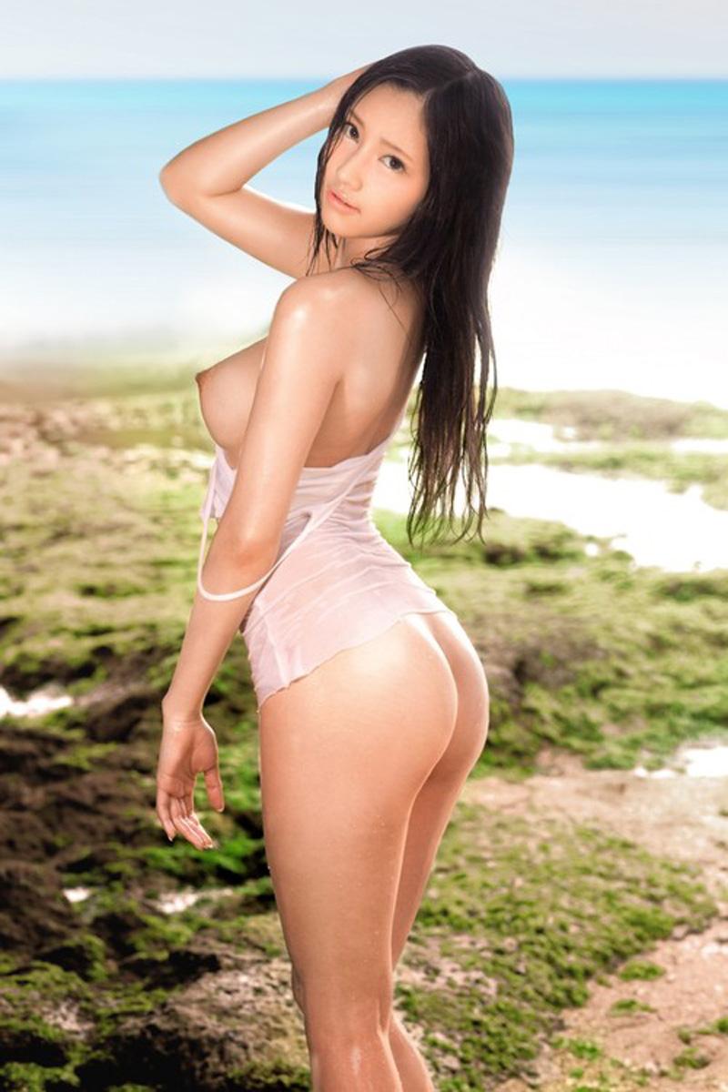 Bonnasse sexy asiatique au cul de rêve à la plage