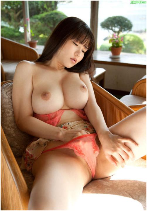 Chinoise à gros seins en pleine masturbation