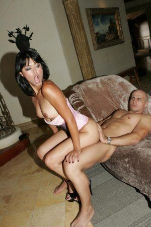 Dana Vespoli assise sur une grosse bite