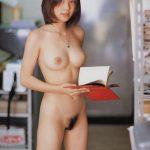 Etudiante japonaise nue à la bibliotheque