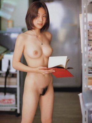 etudiante-japonaise-nue-bibliotheque