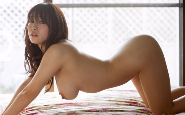 Gros cul et gros seins pour une chinoise à 4 pattes