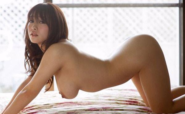 Le gros cul et les gros seins d'une chinoise à quatre pattes