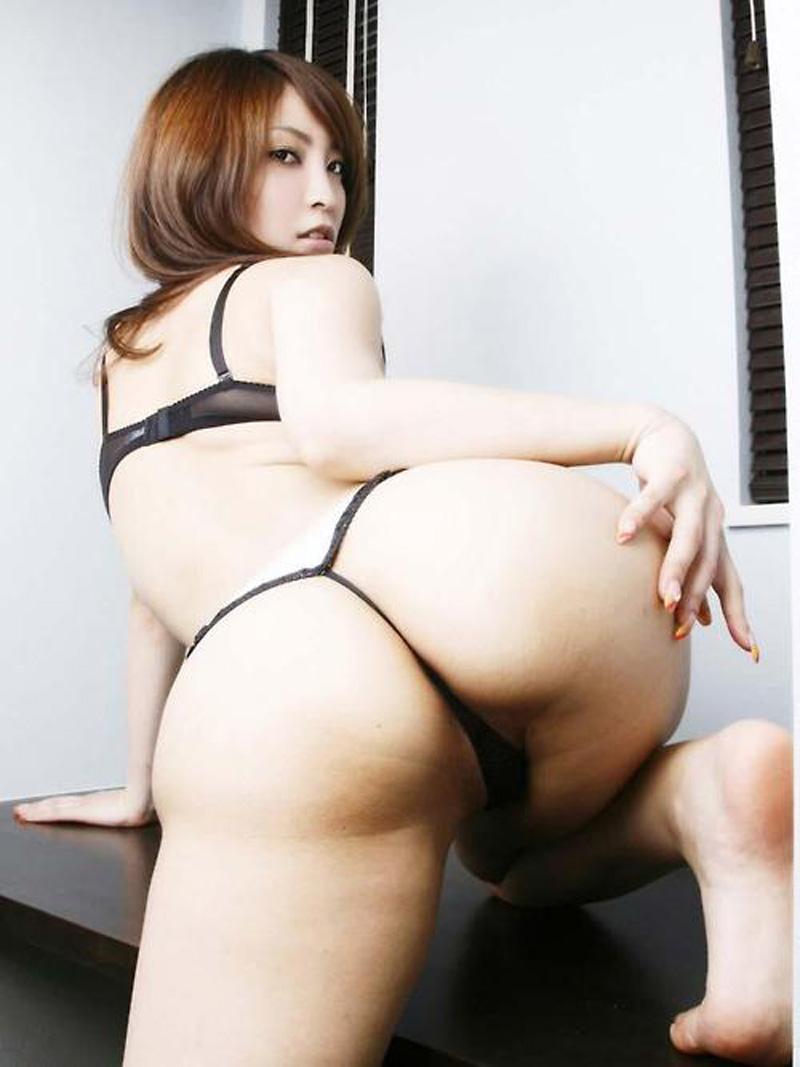 Gros cul de secrétaire japonaise en lingerie au bureau