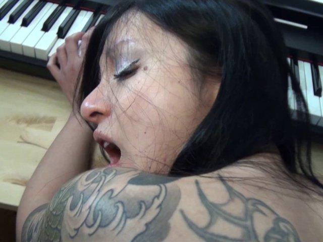 Hellsya vietnamienne tatouée et percée baise pov