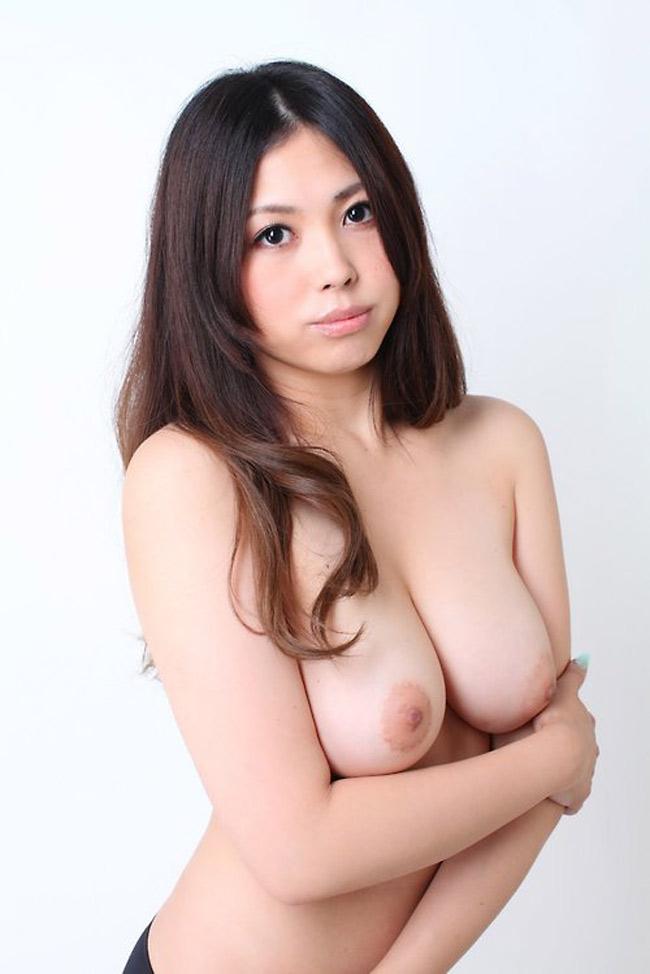 Jae Hwa, belle coréenne nue aux seins parfaits