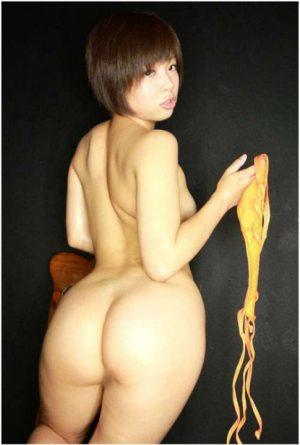 Japonaise pulpeuse coupe garçonne