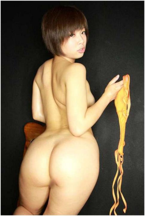 Japonaise pulpeuse au gros cul énorme et coupe garçonne