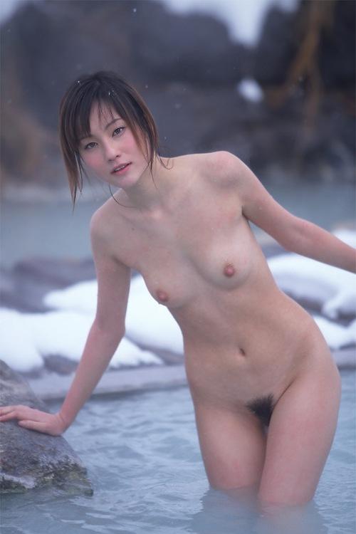 Japonaise nue en hiver dans un lac glacé