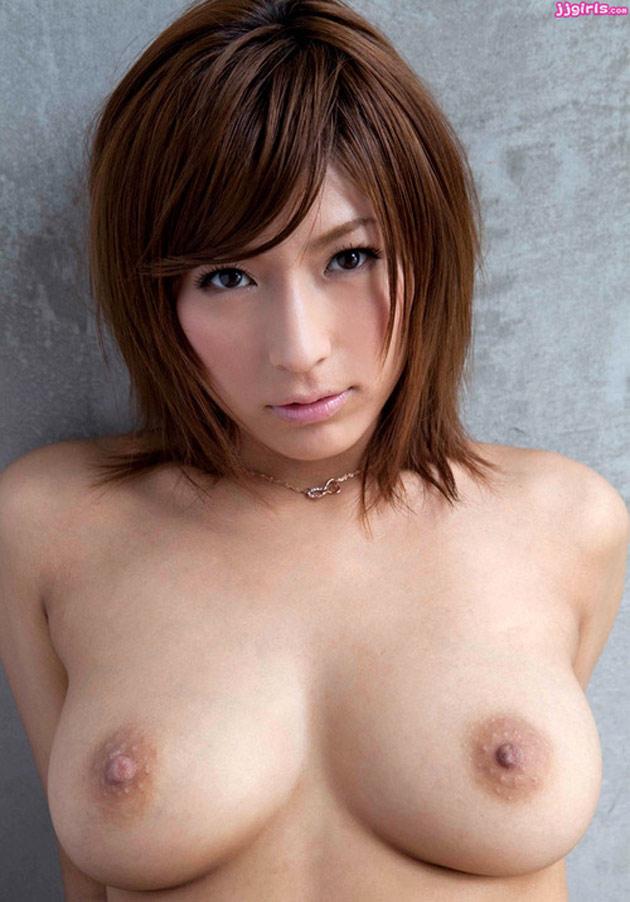 Japonaise rebelle aux seins parfaits