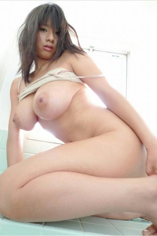 Japonaise pulpeuse à gros seins