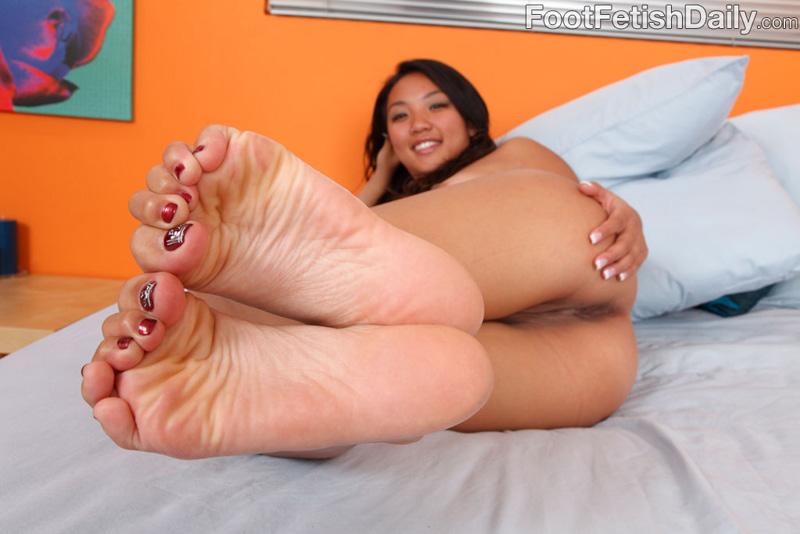 Katreena Lee prend du sperme sur les pieds