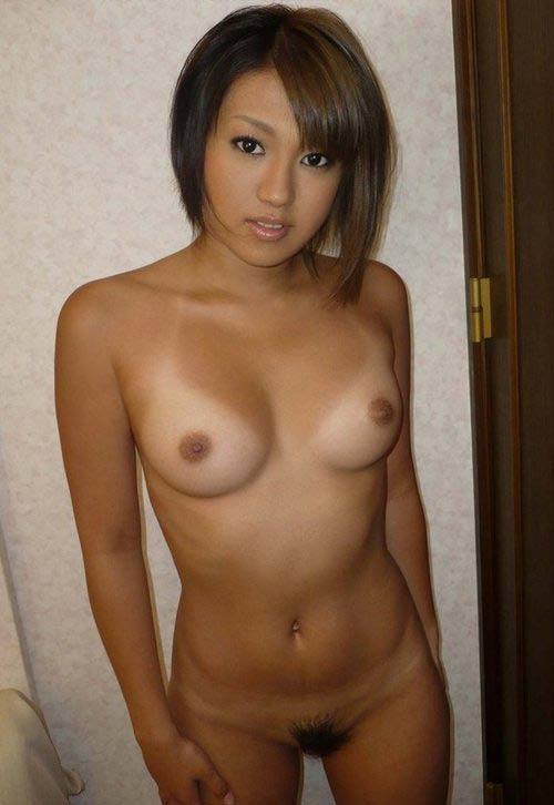 Jeune et jolie laotienne nue à la chatte touffue