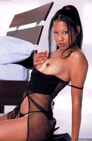 Lily Thai en lingerie noire