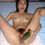 Asiatique poilue en masturbation avec un concombre