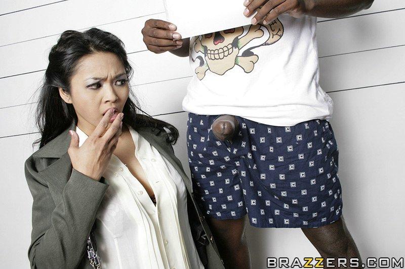 Mika Tan explosée par un gangster black pour du sperme