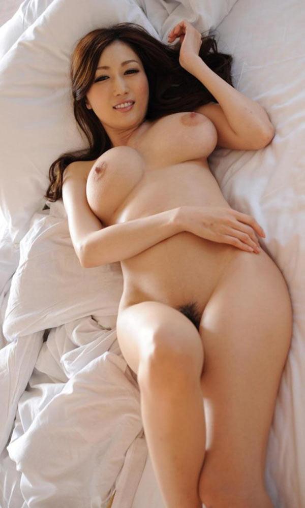 Misaki, MILF japonaise nue à chatte poilue et gros seins