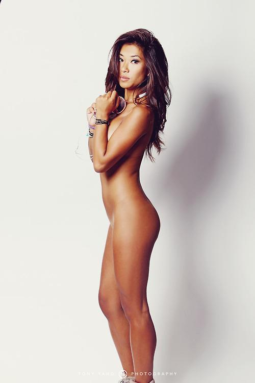 Modèle amatrice hawaienne nue et sexy