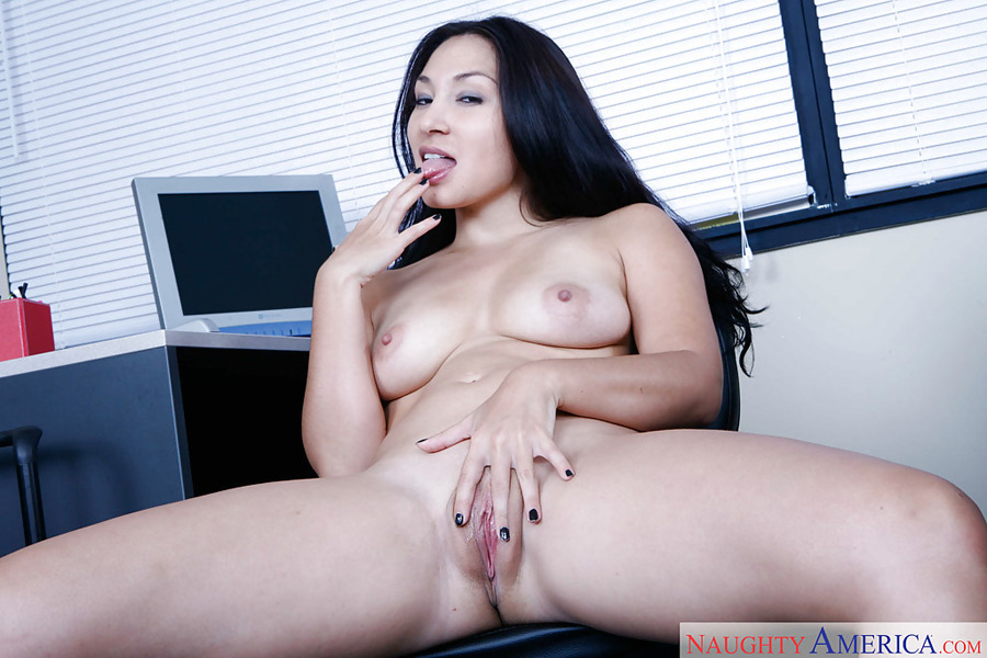 Roxy Jezel, secrétaire eurasienne baisée au bureau
