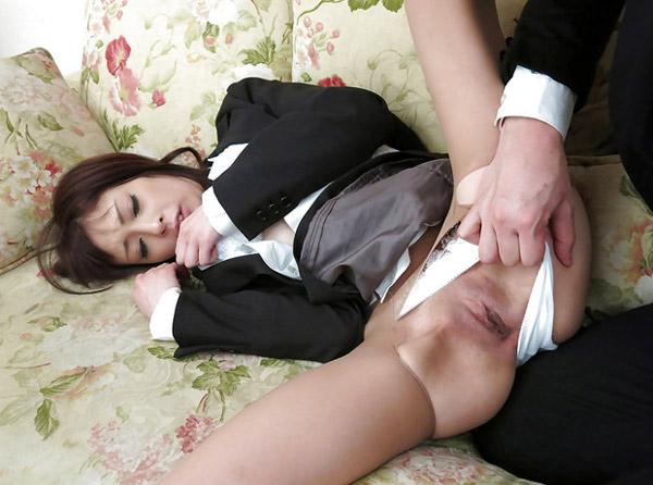 Etudiante japonaise en uniforme abusée
