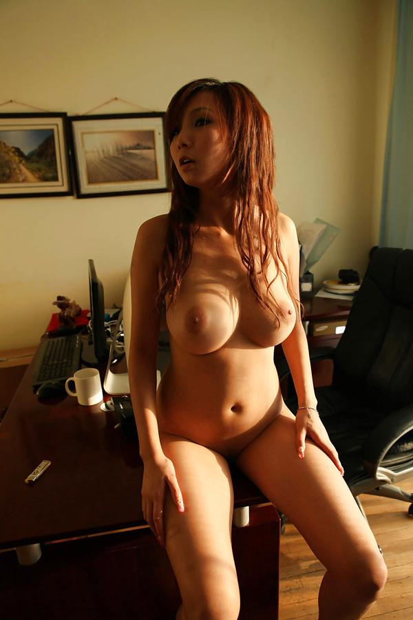 secrétaire chinoise gros seins