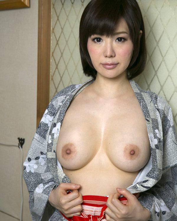 Voilà les seins parfaits de Nayuko
