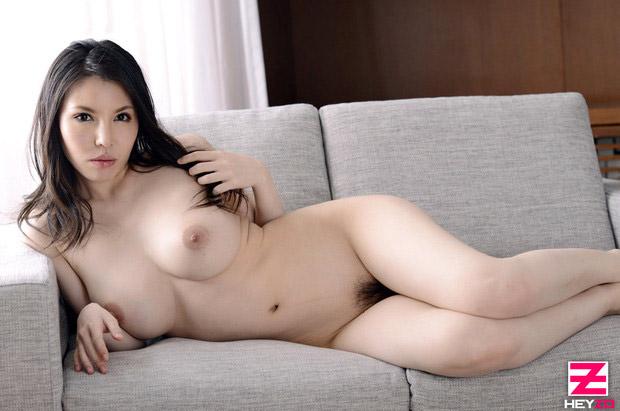 Sofia Takigawa Japan AV Idol à gros seins se met nue