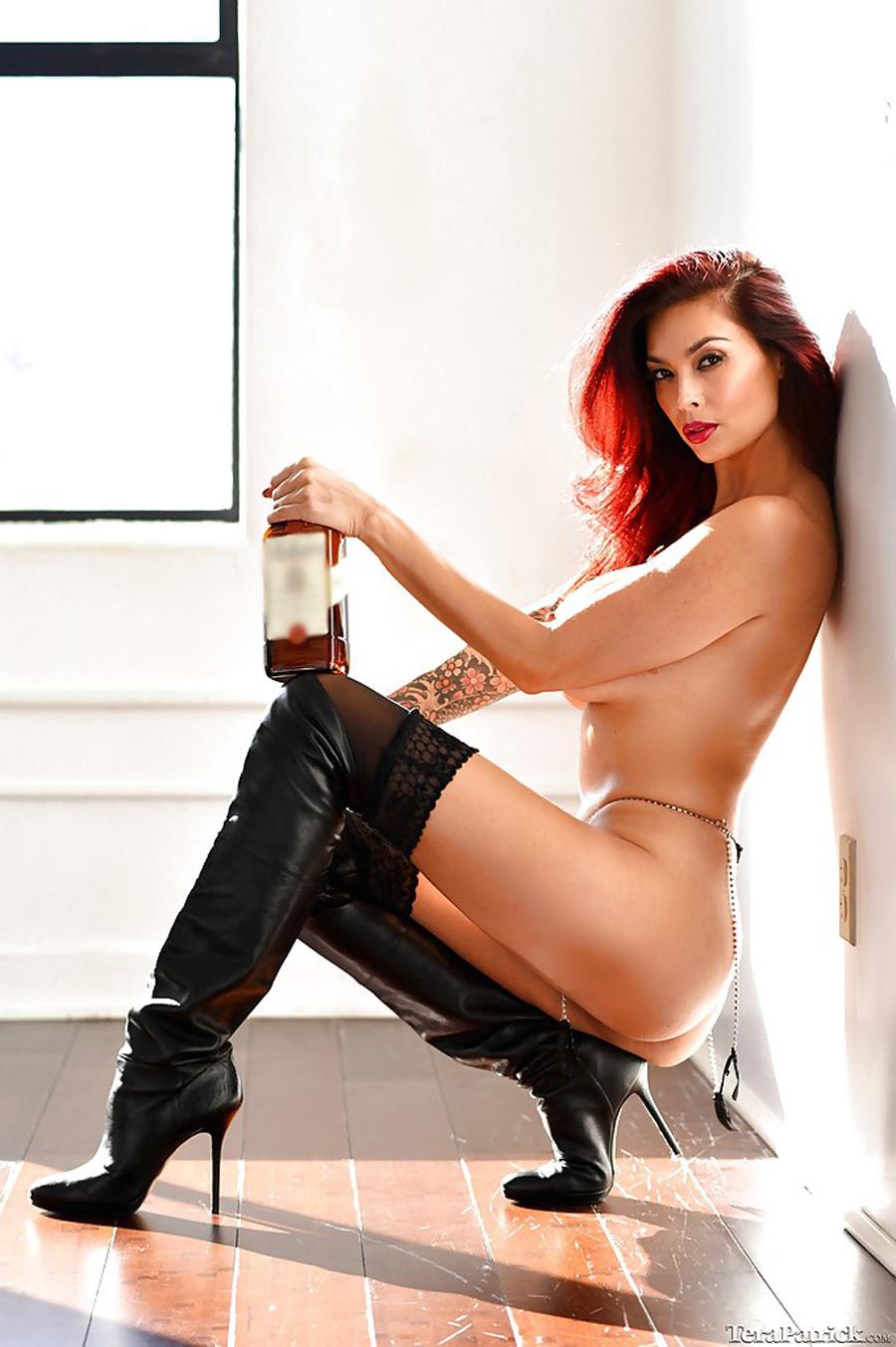 Tera Patrick, sexy et nue avec une bouteille de Ballantine's