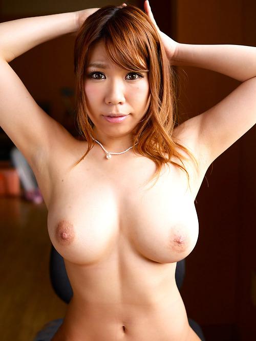 Une Thaïlandaise rousse nue aux seins fermes
