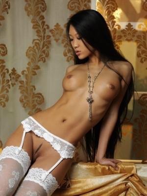 Vietnamienne en porte jarretelle blanc